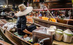 Damnoen Saduak - Coconut vendor at the Damnoen Saduak floating market