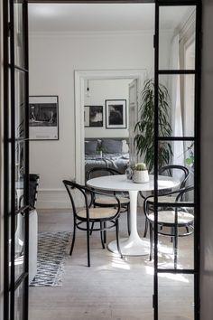 Dime qué mesa redonda tienes y te diré qué mix de sillas elegir - Arbeitsplatz Dining Room Inspiration, Home Decor Inspiration, Design Inspiration, Style At Home, Deco Design, Design Trends, Design Ideas, Dining Room Design, Home Fashion