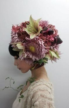 Takaya Hanayushi's floral creations via sho & tell: Flowers In Her Hair. Flower Headdress, Floral Headpiece, Fascinator, Foto Portrait, Arte Floral, Japanese Artists, Belle Photo, Hairdresser, Her Hair