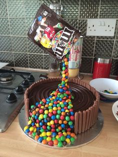My tips for a successful Gravity Cake + 10 ideas for inspiration - - Torta Candy, Candy Cakes, Cupcake Cakes, Cake Boss Cakes, Anti Gravity Cake, Gravity Defying Cake, Bolo Tumblr, Cake Recipes, Dessert Recipes