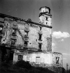 Pozrite si, ako vyzeral Bratislavský hrad na starých fotografiách | Vizuálne umenie | kultura.sme.sk Bratislava, San Francisco Ferry, Old Photos, Building, Travel, Times, Old Pictures, Viajes, Vintage Photos