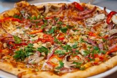 Pizza maken begint met een goed pizzadeeg recept en een pizzasaus. Maak vervolgens zelf de pizza af met lekkere toppings en eet smakelijk