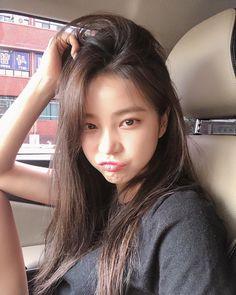 지윤미💕💕さんはInstagramを利用しています:「비올랑말랑🌂 ㅠㅠ 빨리 준비하러 들어가야지잉잉👀」 Ulzzang Girl Selca, Ulzzang Korean Girl, Ulzzang Hair, Korean Girl Photo, Cute Korean Girl, Asian Girl, Light Makeup Looks, Snap Girls, Korean Best Friends