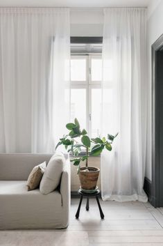 Hotellgardin i skirt voiletyg som skräddarsys till ditt exakta mått Floor To Ceiling Curtains, Curtains With Blinds, Zen Home Decor, Living Room Decor, Bedroom Decor, Open Plan Kitchen Living Room, Home Room Design, White Curtains, Living Room Inspiration