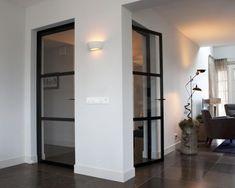 enkele deuren van staal. De stalen deuren hebben elk een drie vakverdeling met ramen van veiligheidsglas. Door te kiezen voor een drie vakverdeling verstoren de horizontale profielen de zichtlijn minimaal. De deuren zijn afgewerkt met opliggende scharnieren, design handgrepen van Formani en alles met een matzwarte RAL 9005 poedercoating afgewerkt. Hierdoor blijft het glas de eyecatcher in de deur. Een enkele standaard scharnierdeur isva een bedrag van €1550,- (afmeting vanaf 80 cm bij 220…