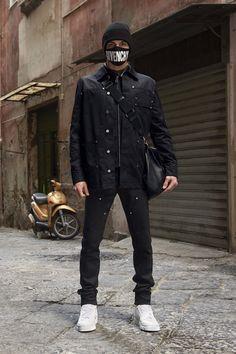 """Givenchy apresenta a sua pré-coleção """"Primavera"""" 2017, explorando as influências que vão de """"skinheads românticos"""" até a cena musical undergrou"""