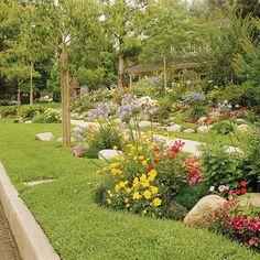 Antejardín con flores, arbustos y piedras