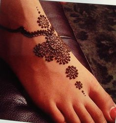 This one is perfection!! I want this one this summer. Henna foot design