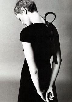 Mia Farrow photographed by Richard Avedon circa 1968. Haircut: Vidal Sassoon.