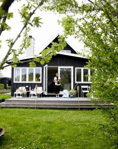 Summerhouse in Denmark Who knew a black exterior could look so fresh? Black Exterior, Exterior Colors, Exterior Design, Interior And Exterior, Cottage Exterior, Beach Shack, Cabins And Cottages, Cabins In The Woods, House Painting