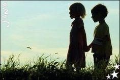 """""""Existem momentos tão preciosos que o tempo jamais apaga... É quando alguém nos dá as mãos, quando tudo parece em migalhas"""". [...] Imagine diante de você a mais exuberante das rosas, depois, erga as mãos, toque-a... Deus tem contigo a mesma delicadeza com que cultiva as flores... ( Sirlei L. Passolongo )"""