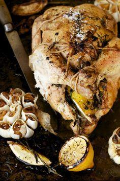 Cuire un poulet entier, c'est une bonne façon de se sauver la vie pour les lunchs du midi ou pour préparer un deuxième souper vite fait bien fait dans la↣