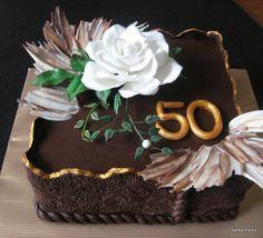 Čokoládová torta s bielou ružou
