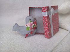 Doves are symbols of love, peace and long life they are also a symbol of hope and happiness. Little felt pigeon with necklace of red hearts in its beak. Pin this little bird to your jacket, sweater or bag, ideal for adding a little humour and quirkiness to Valentine cards or present. This beautiful felt brooch comes in his own small presentation box ready to be a beautiful unique gift for someone you love! Measures: 8.5cm x 6cm (3.35 x 2,36)  Real colors may slightly differ from displaying…