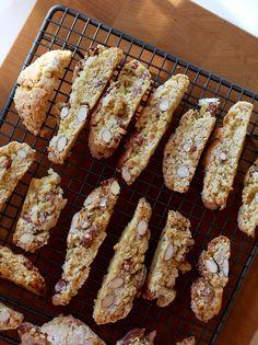 Een koekje (of twee) bij de koffie is heerlijk, en al helemaal als je ze zelf hebt gemaakt. Wij maken graag Italiaanse cantuccini (soms ook biscotti genoemd). Alles behalve moeilijk, en ó zo lekker. Dit recept maakt een enorme lading koekjes (zeker 50), maar je kunt het recept ook prima halveren. Verwarm je oven voor op 180 graden. …