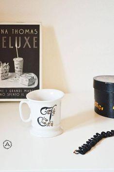 Mug in porcellana decorata a mano con iniziale I ,delicata e romantica, con motivo floreale.