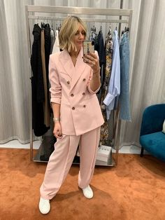 7 Celebs Who Are Not Playing It Safe This Fall - 7 Risky Celebrity Outfits We Actually Love Zara Suits, Topshop Boots, Pink Suit, Green Midi Dress, Popular Outfits, 2020 Fashion Trends, Celebrity Outfits, Smock Dress, Who What Wear