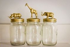 brinquedos e spray dourado.... potes de vidro=novo uso
