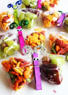 Such a fun edible craft idea for kids: Butterfly Snack Bags! These would be so f… Such a fun edible craft idea for kids: Butterfly Snack Bags! These would be so fun for a party or classroom treat! Bug Snacks, Class Snacks, School Snacks For Kids, Healthy School Snacks, Lunch Snacks, Snack Bags, Treat Bags, Healthy Classroom Snacks, School Snacks For Kindergarten