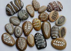 7 Hand Painted Mini Pebbles by ISassiDellAdriatico on Etsy Pebble Painting, Pebble Art, Stone Painting, Stone Crafts, Rock Crafts, Pebble Stone, Stone Art, Mundo Hippie, Do It Yourself Decoration