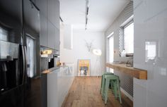 White walls, antiqued floorboards and old brick give the interior nature of the loft / attic. In this remarkable home they have become a stage for modern fur. Kitchen Furniture, Kitchen Interior, Kitchen Dining, Interior Concept, Interior Design, Exposed Brick Walls, Bright Kitchens, Loft Design, Cuisines Design