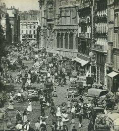 ! Alors, à nombre exceptionnel, photo exceptionnelle ! Voici la rue Rambuteau en 1897 aux abords des Halles, qui sont à gauche, avec l'église Saint-Eustache à droite. Essayez de regarder la photo le plus grand possible pour bien distinguer l'extraordinaire encombrement des voitures, charrettes et fiacres, des forts des Halles, des bourgeois, cuisinières et marchands... (photo C.A.P., collection Coursaget) Old Paris, Vintage Paris, Paris Rue, Old Pictures, Old Photos, Paris France, Paris Photography, Paris Photos, Paris Street