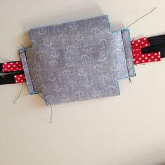 Draußen nur Kännchen!: So geht das: Minitäschchen aus Wachstuch mit Paspel Fabric Bags, Diy And Crafts, Coin Purse, Tote Bag, Purses, Sewing, Wallet, Gifts, Totes