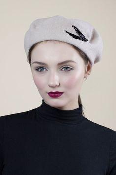 Articles similaires à Beret en laine avec perles, Style Parisienne, mode  Beatnik, hiver chapeau chaud, combinaisons de couleurs personnalisées sur  Etsy b398315c069