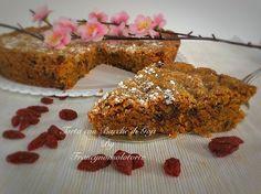 La torta vegana con bacche di Goji è fatta con carote, acqua, farina di grano tenero integrale, gocce di cioccolato fondente, zucchero di canna.