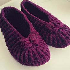 All New Knitting The ballet model of our Pandufs must have been my favorite color. Crochet Sandals, Crochet Baby Shoes, Crochet Gifts, Diy Crochet, Baby Knitting Patterns, Thick Yarn, Ballerina, Knitted Slippers, Booties Crochet