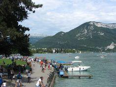 Le lac est bordée d'une immense esplanade et d'un parc.