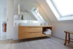 Bath Badezimmer Armaturen Im Modern Badezimmer Mit Schlichte Amarturen Zusammen Mit Holzwaschtisch Und Griffleisten