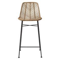 Taburete alto con asiento y respaldo trenzado en color natural y patas de metal en color negro, de la firma nórdica Bloomingville. Medidas: 43x38x102cm Alto. Altura asiento 71cm.