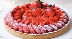 La tarte aux fraises est un dessert classique. Le chef Cyril Lignac vous propose une recette pour la rendre encore plus gourmande. Cupcake Recipes, Snack Recipes, Dessert Recipes, Cooking Recipes, French Desserts, Fall Desserts, Chefs, Pumpkin Spice Cupcakes, Cinnamon Cream Cheeses