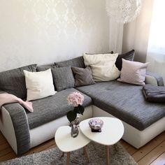 Gemütliches Wohnzimmer mit ausziehbarer Couch.  #wohnzimmer #couch #hamburg #grau #livingroom