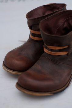 Gosto particularmente de coisas simples, estas são mais umas botas feitas apenas com uma peça. São a nova versão de um mo...