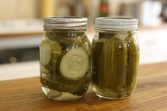 How to Make Homemade Canned Crisp Dill Pickles - Easy Basic Recipe ~~Just made 3 pints today Canning Dill Pickles, Cucumber Canning, Sour Pickles, Best Pickles, Pickling Cucumbers, Pickle Vodka, How To Make Pickles, Homemade Pickles, Canning Recipes