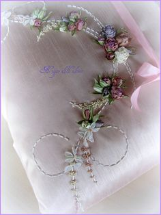 This Pin was discovered by chr Diy Ribbon Flowers, Ribbon Art, Ribbon Bows, Fabric Flowers, Ribbons, Embroidery Neck Designs, Silk Ribbon Embroidery, Hand Embroidery Patterns, Band Kunst