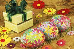 Decoupage con huevos de Pascua  Como bien sabemos, diríamos que no hay decoración de Pascua sin huevos de Pascua. Son clásicos adornos para Pascua, que bien pueden ser usados como elementos de decoración puntuales o como parte de un arreglo mayor, sea una canasta o un arreglo floral.