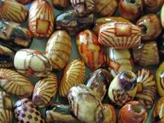 Vous pouvez faire des perles de papier qui ressemblent à des billes de céramique cuite.