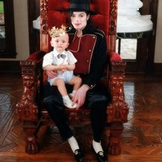 Baby Prince and King Michael Prince Michael Jackson, Michael Jackson Fotos, Michael Jackson Smile, Michael Jackson Wallpaper, Paris Jackson, Jackson Family, Jackson 5, Black Music Artists, Happy Birthday Prince