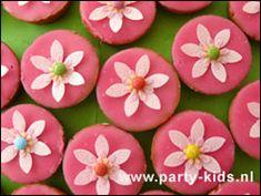 Bloem op roze koek