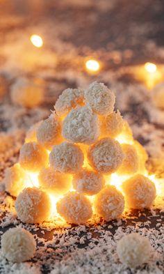 Valkosuklaalumipallot | Meillä kotona Candle Holders, Food And Drink, Peach, Sweets, Candy, Chocolate, Baking, Christmas, Magic