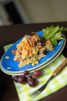 Sałatka z kurczakiem to pyszny i pożywny pomysł na śniadanie czy kolację. Oprócz kurczaka sałatka zawiera jeszcze trzy składniki - seler naciowy, słonecznik i winogrono. Na samą myśl ślinka cieknie, a nie został po niej nawet okruszek.