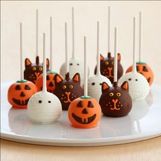 Handmade #Halloween Cakepops! See More of The Yummiest Halloween Treats on: http://blog.gifts.com/holidays/the-yummiest-halloween-treats