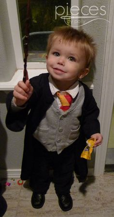 Pieces by Polly: Super Fast and Easy DIY Harry Potter Robe from a T-Shirt in 15 Minutes - DIY Harry Potter Costume Baby Costumes For Boys, Toddler Boy Halloween Costumes, Diy Baby Costumes, Costume Ideas, Halloween 2018, Cosplay Ideas, Halloween Ideas, Harry Potter Cloak, Harry Potter Cosplay