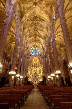 Interior de catedral de Palma de Mallorca. Se caracteriza por su cabecera recta que se proyecta como una prolongación de la nave central y la gran altura de su nave central que obliga al uso de arbotantes exteriores.