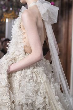 Valentino Couture Spring 2019 Fashion Show Details. Designer looks from the Spring 2019 Couture runway shows from Paris Couture Fashion Week Ol Fashion, Couture Fashion, High Fashion, Fashion Show, Paris Fashion, Fashion Art, Valentino Bridal, Valentino Couture, Jakarta Fashion Week