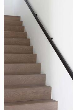 houten binnen trap massief hout trapleuning interieur Staircase Handrail, Stair Railing, Staircase Design, Villa Del Carbon, Stairway To Heaven, Stairways, Townhouse, Sweet Home, New Homes