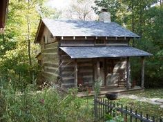Splendid Tips to build your beautiful log cabin home in the woods or next to a creek. A peaceful environment to escape from our crazy life. Old Cabins, Cabins And Cottages, Cabins In The Woods, Rustic Cabins, Rustic Homes, Log Cabin Exterior, Log Cabin Homes, Little Cabin, Little Houses